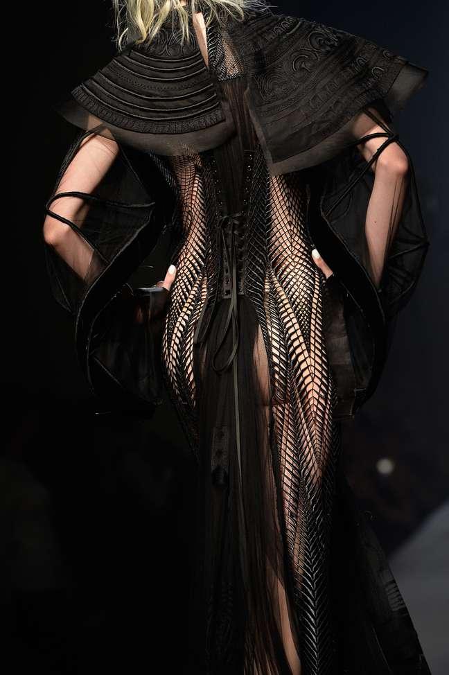 O look completo proposto por Gaultier, inclusive com enfeite de cabeça: você usaria?
