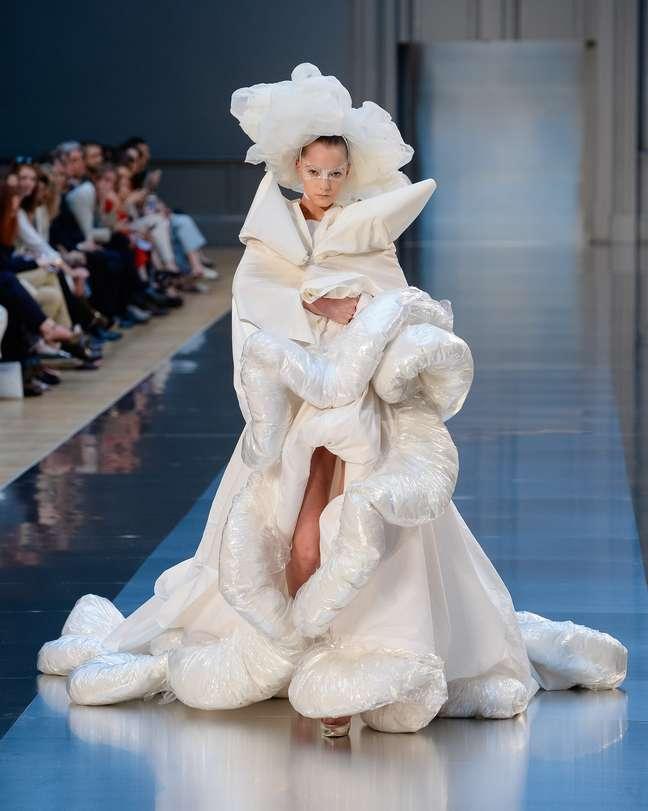 """... se compararmos com este """"vestido de noiva"""" armado, feito de tafetá e plástico, com aspecto de inflado: uma noiva pensada por Galliano, que nos remete às maluquices de Lady Gaga"""