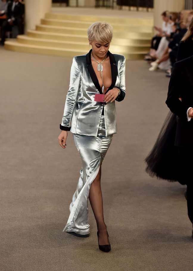 Rita Ora foi uma das convidadas para o cassino armado por Karl Lagerfeld, com saia longa e paletó de smoking superdecotado
