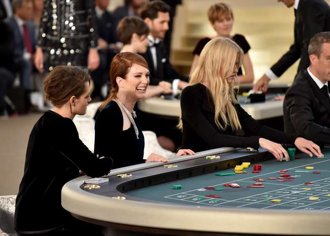 Será que no cassino da Chanel, Kristen Stewart, Julianne Moore e a modelo Lara Stone estavam fazendo as apostas para saber até onde a moda pode chegar?