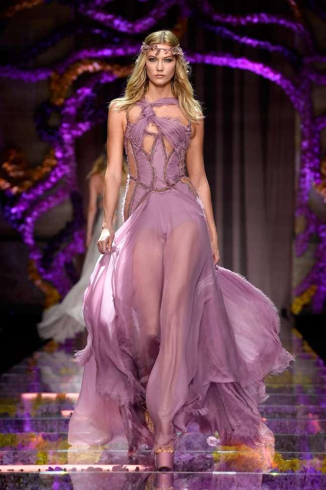 Outra variação do corsete sensual, agora lilás, no corpo de Karlie Kloss para Versace