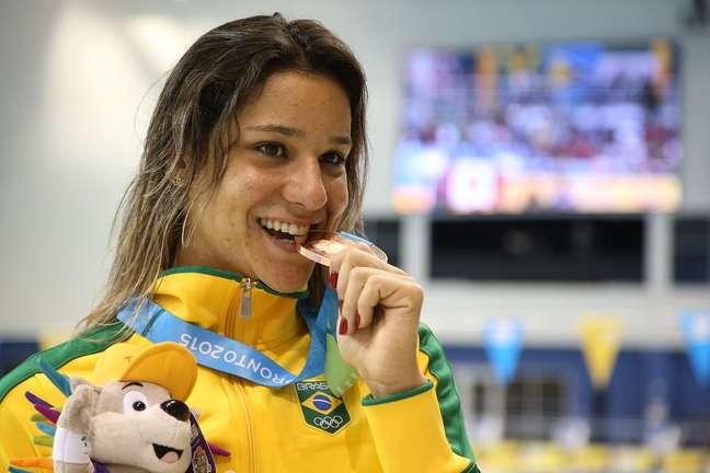 Joanna Maranhão recebe a medalha de bronze dos 400 m medley