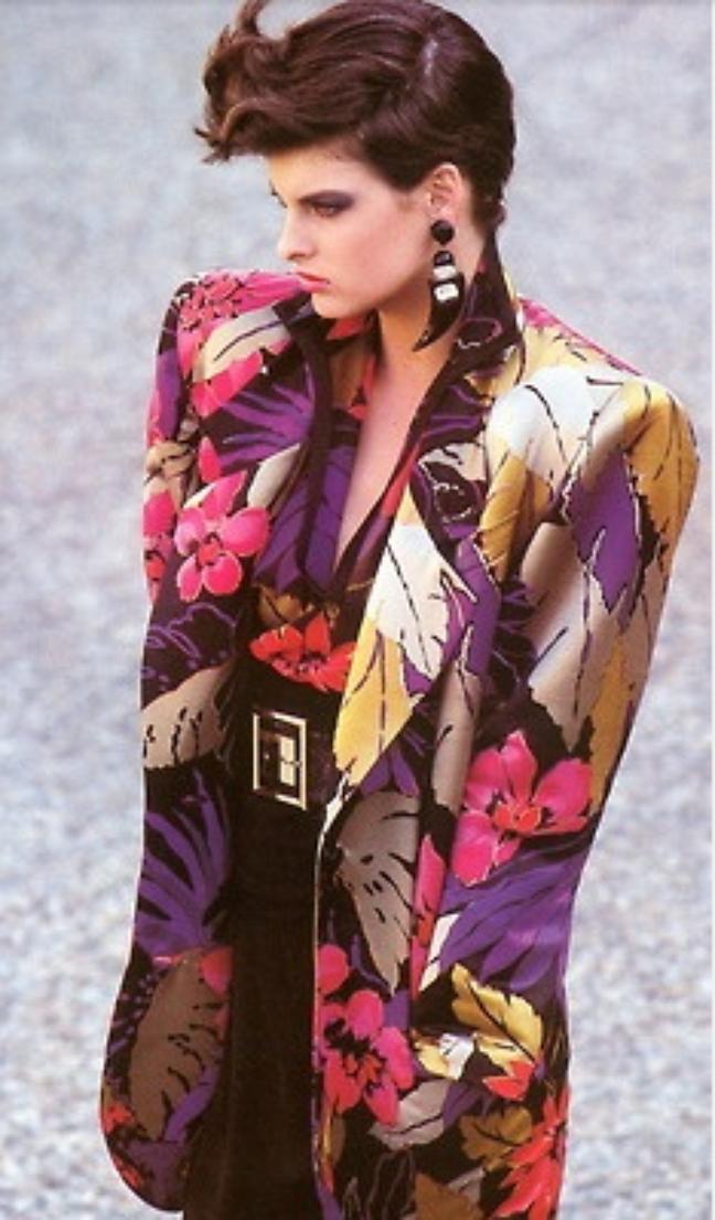 Usar roupa com ombreira era ser chique nos anos 80