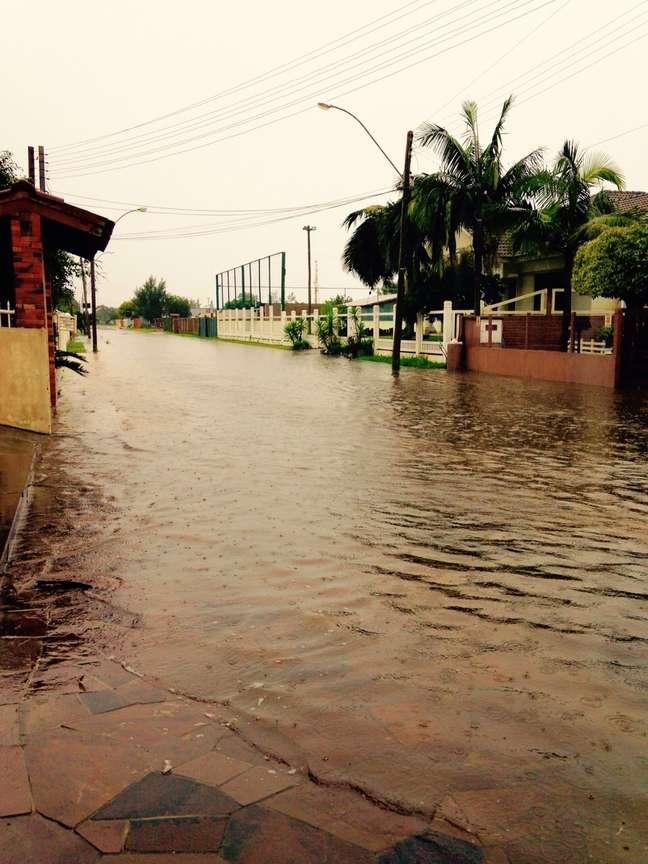 Rua próxima à prefeitura de Xangri-Lá estava tomada pela água por volta das 13h desta segunda-feira