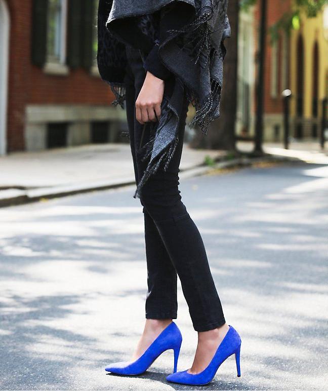O sapato scarpin colorido e com bico fico se tornou moda nos anos 90