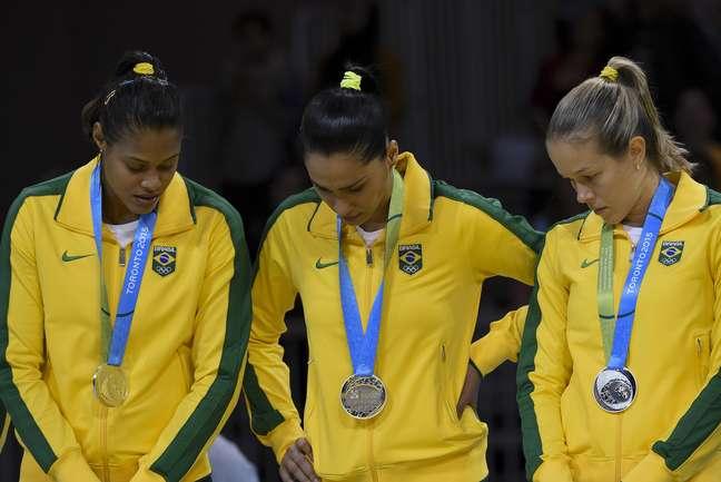 Jogadoras da Seleção recebem a prata; equipe não foi pra competição com força total