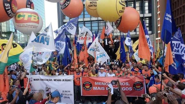Centrais sindicais se reúnem na avenida Paulista para protestar contra o aumento da taxa Selic