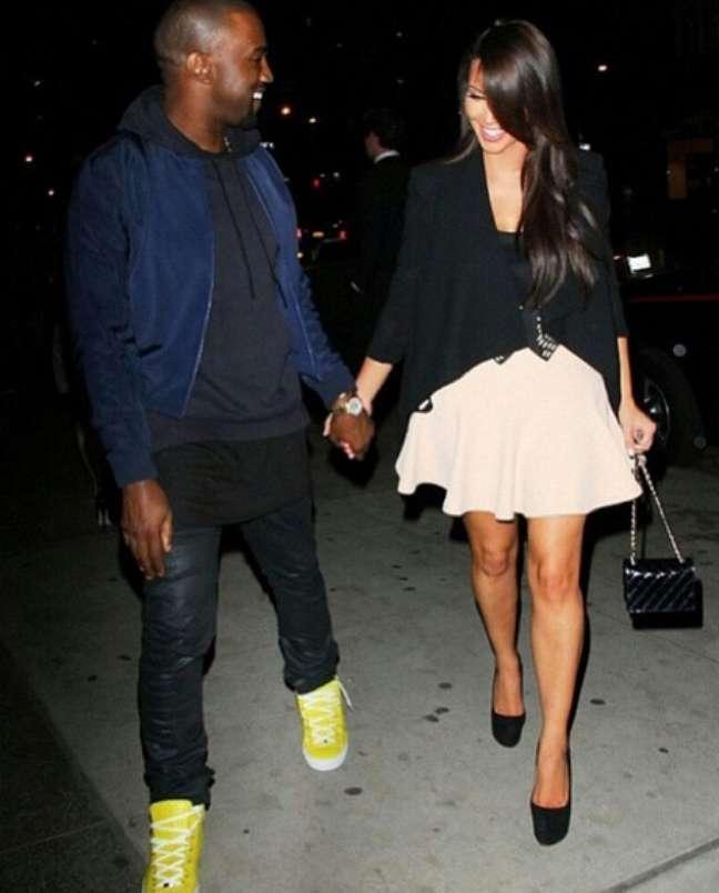 """Kanye West, ao lado da mulher Kim Kardashian, acrescenta moletom e jaqueta à camiseta comprida: """"Rappers exibem peças folgadas e compridas sem medo de perder a masculinidade"""", diz João Pimenta"""