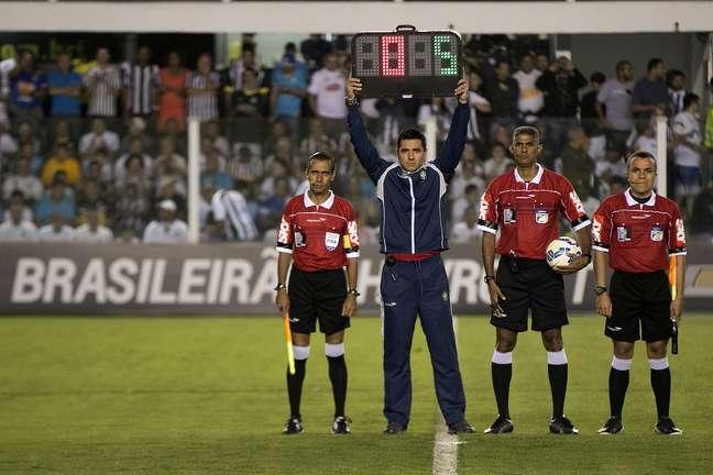 Protesto dos árbitros na Vila Belmiro, antes de Santos x Vasco