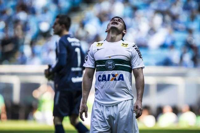 Sob forte sol, Coritiba fica no zero com o Grêmio na Arena