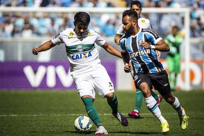 Fernandinho passa em branco, e Grêmio só empata com Coritiba