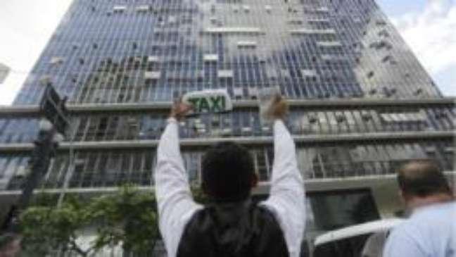 Taxistas protestam em frente á Câmara em São Paulo, onde projeto de lei está sendo apreciado