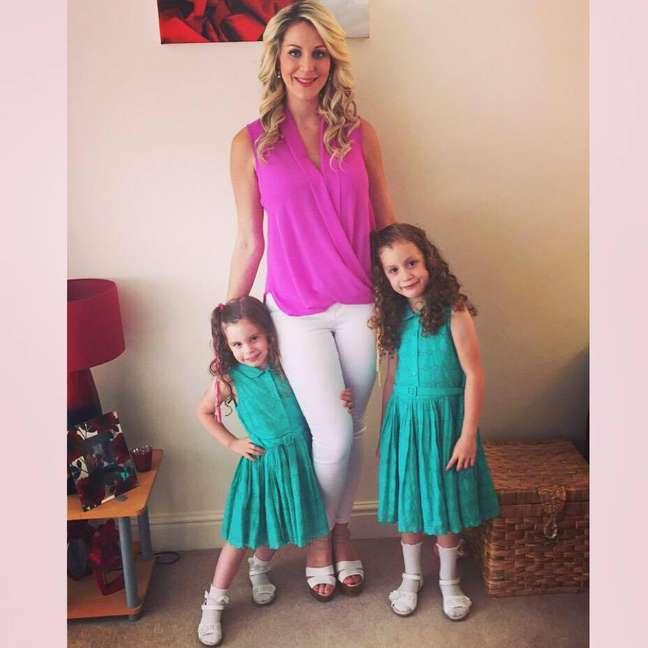 A inglesa ao lado de suas filhas já com novo visual