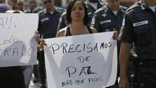 Manifestante em protesto no Complexo do Alemão, no Rio de Janeiro: relatora disse que violência no Brasil tem uma clara dimensão racial clara'