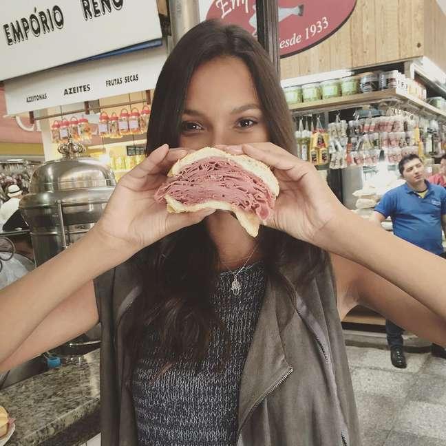 Laís Ribeiro postou no Instagram uma foto comendo pão com mortadela