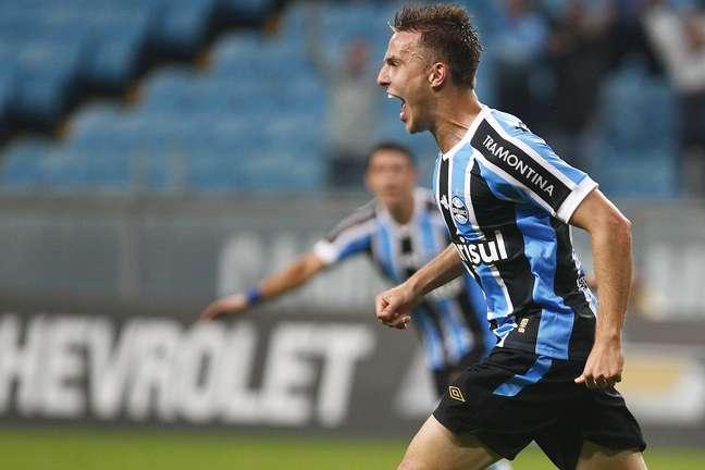 Bressan comemora o gol que marcou e que garantiu a vitória ao Grêmio