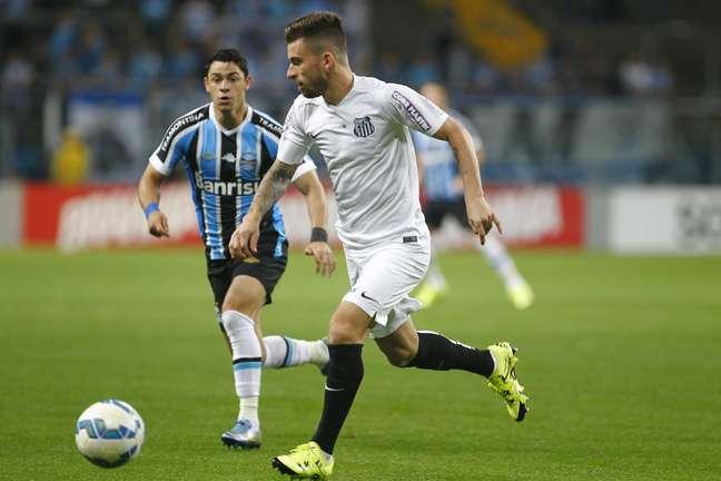 Lucas Lima, meia do Santos, tenta passar pela marcação de Giuliano, do Grêmio