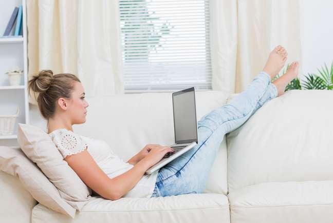 A praticidade de comprar produtos sem sair de casa é uma das vantagens que os consumidores procuram no comércio online