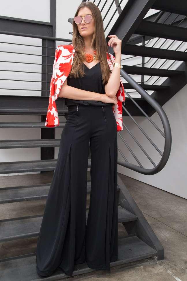 Preto pode até ser básico, mas blogueira deu outra cara ao visual com blazer