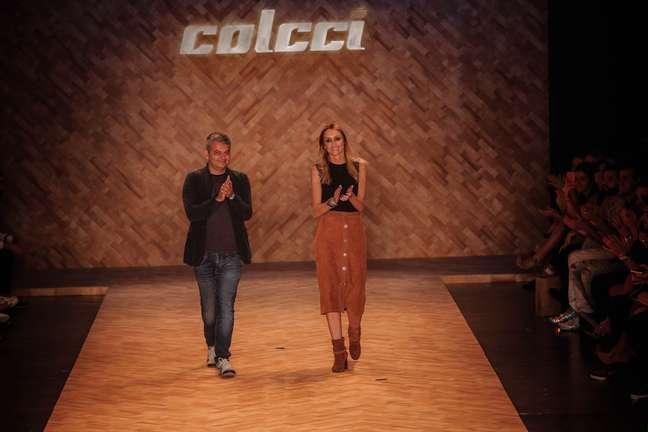 Colcci se inspira em desertos de Gobi e Namíbia com modelagem geométrica, curta e botas de cano alto ou baixo para a temporada Inverno 2016 do SPFW
