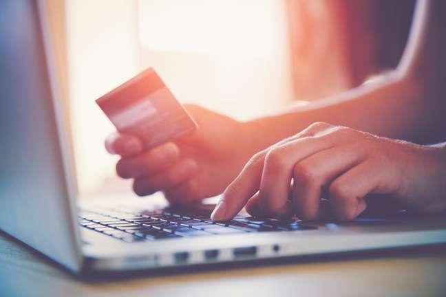 Pesquisar preços em várias lojas antes do período de descontos é uma das dicas para não cair em armadilhas nos sites