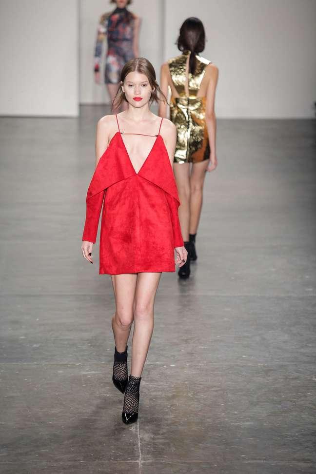 Vestido de camurça vermelho da coleção de Wagner Kallielo