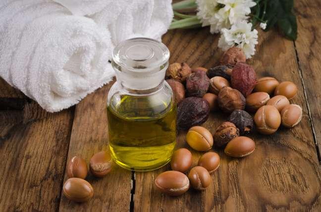 O óleo pode ser usado puro ou misturado a cremes e shampoos.