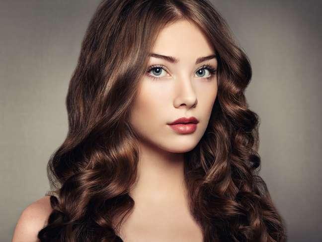 O óleo ajuda a dar brilho e evitar o frizz dos cabelos.