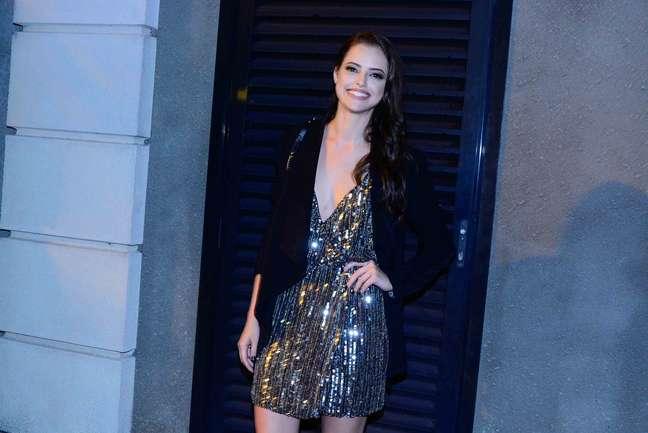 Agatha Moreira usou um vestido com bastante brilho
