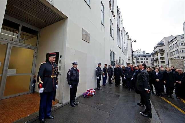 Presidente francês François Hollande, inaugura placa em homenagem às vítimas dos ataques ocorridos há um ano em frente à antiga sede do jornal satírico Charlie Hebdo