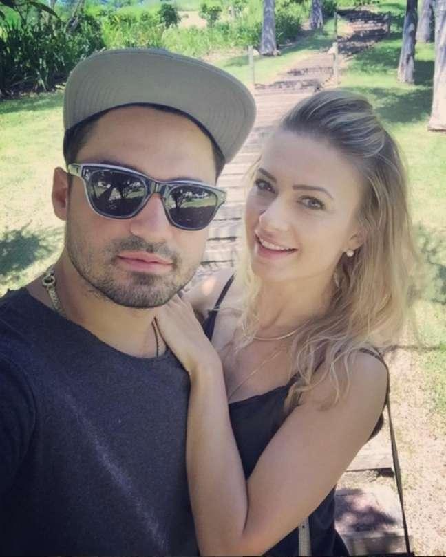 Casado com Mikelly Medeiros desde 2012, o cantor Fernando Zor (da dupla Fernando e Sorocaba) já compôs uma música para a esposa e lançou um clipe com ela para contar a história do casal. Juntos, têm uma filha de 1 ano, a Alice