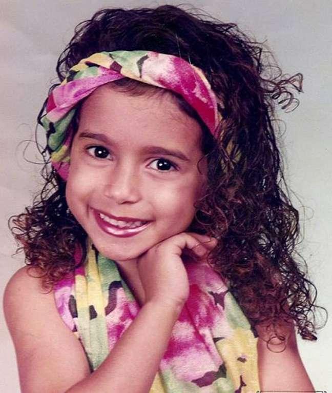 Quando criança, a funkeira Anitta tinha cabelos cacheados que, segundo ela, foram alisando com o passar dos anos