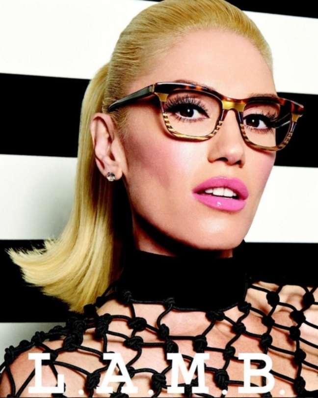 Gwen ainda tem uma marca de roupas chamada L.A.M.B – Love. Angel. Music. Baby. (o mesmo nome do seu primeiro álbum solo). Na foto, ela aproveita para propagandear sua nova coleção de óculos