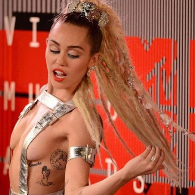 Sempre na mira dos holofotes, Miley gosta mesmo é de causar e aparecer. Seus modelitos são sempre muito comentados por revelarem demais