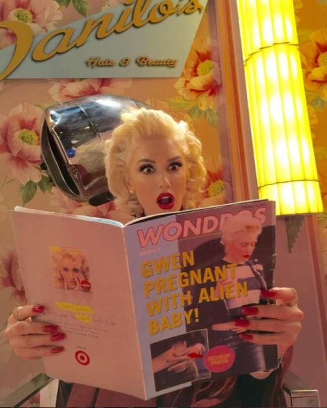 """Em entrevista ao programa de Jimmy Kimmel, Gwen confessou que a música Make Me Like You fala sobre o novo namorado e colega do The Voice EUA, Blake Shelton. Já deu para perceber que dessa vez a moça veio com um projeto bastante pessoal: """"O álbum inteiro é sobre tentar se curar depois de um acontecimento ruim"""", disse ela. O clipe da música foi lançado ao vivo durante o comercial do último Grammy Awards."""
