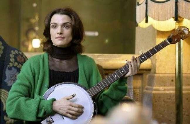 A atriz teve de aprender a tocar piano, acordeão, violino e banjo para conduzir o papel de uma milionária solteira que tem como hobbie tocar instrumentos