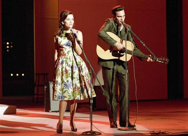 Para viver o cantor e compositor norte-americano Johnny Cash, Phoenix passou por seis meses de aulas de canto com o produtor musical T-Bone Burnett