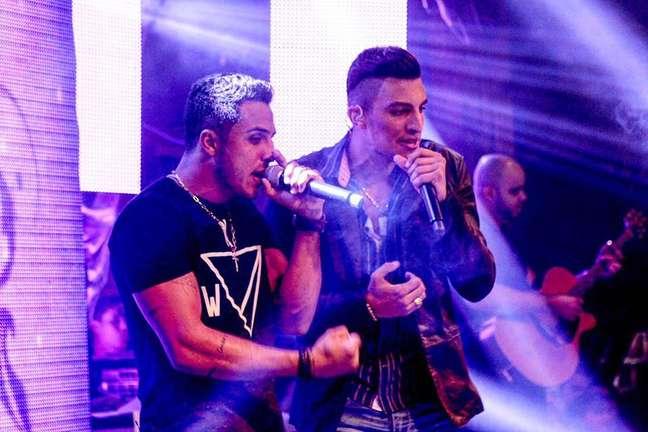 Pouco menos de um ano depois de vencer a terceira temporada do reality show, a dupla sertaneja lançou, em agosto de 2015, o primeiro disco pela Universal Music reunindo 11 faixas entre regravações e inéditas