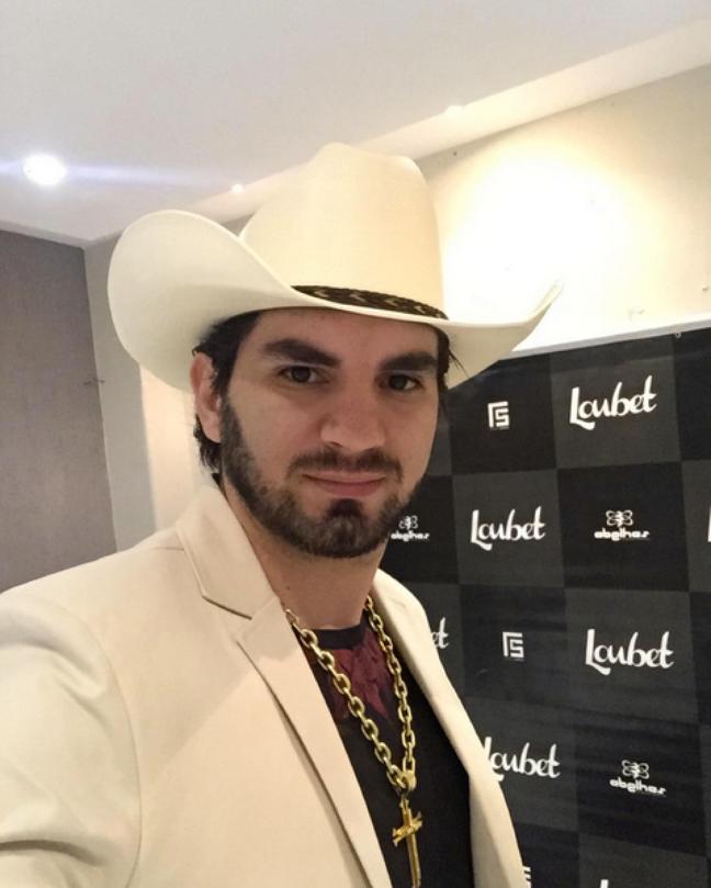 Com um estilo cowboy, Loubet não abre mão do trio bota, chapéu e cinturão