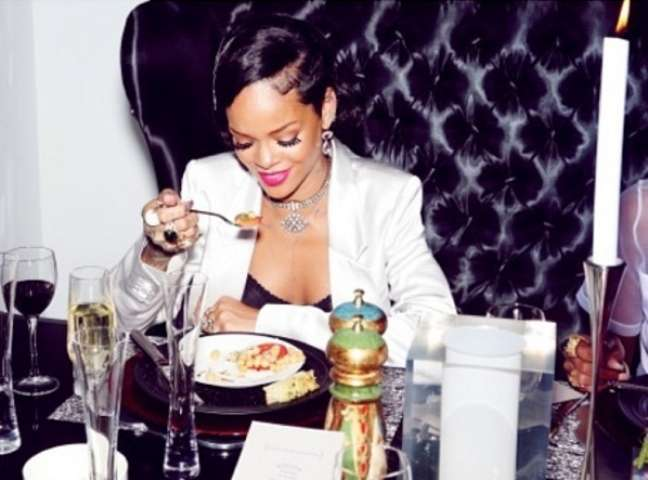Os jantares de Rihanna dão o que falar, mas a musa revela que não fica sem comer uma besteirinha aqui e outra ali