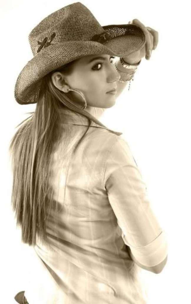 Carinhosamente apelidada de Flor Mato-grossense, Bruna adotou o nome Viola, instrumento que toca em todos os shows e seu preferido, como sobrenome artístico