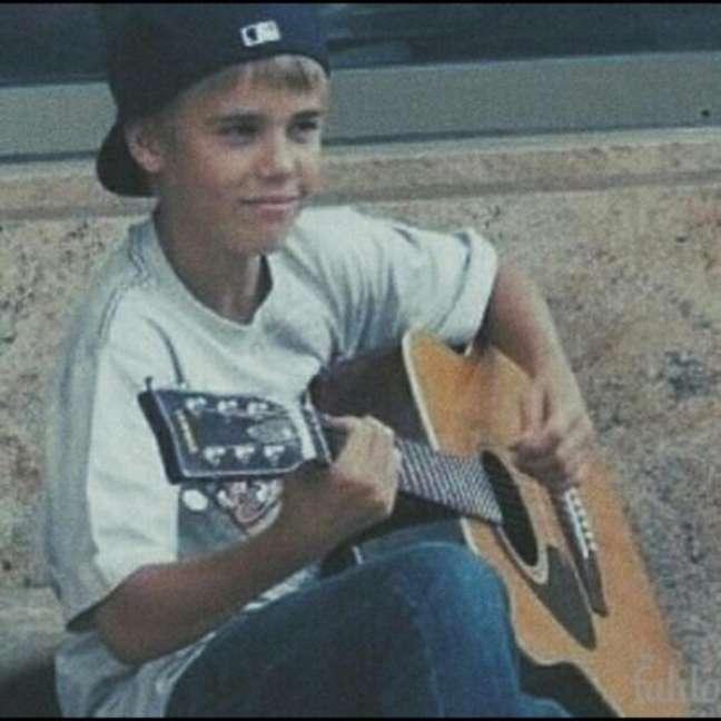 Justin Bieber foi descoberto em 2007 por Scooter Braun, um ex-executivo de marketing da So So Def Recordings, e por acidente. Após buscas na internet, ele achou imagens de Bieber cantando em frente ao Avon Theater