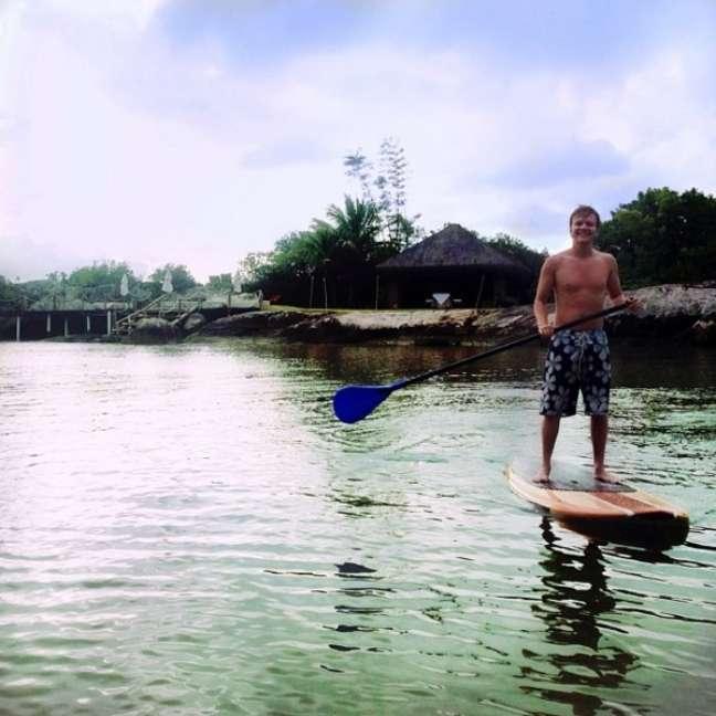 O artista aproveitou para praticar stand up paddle nas praias de Florianópolis, em Santa Catarina, antes de agitar o público no Devassa On Stage, na praia de Jurerê