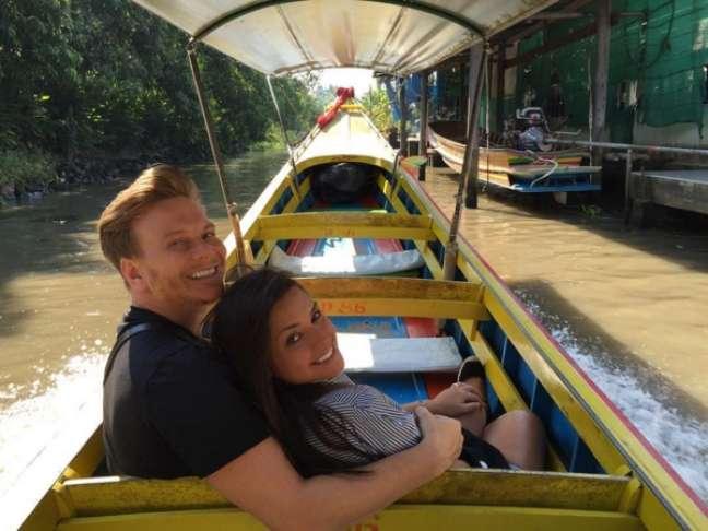 Pouco depois de voltarem de Orlando, Teló e Thais seguiram viagem para Tailândia, na Ásia. Na foto, os dois mostram a visita que fizeram ao mercado flutuante Damnoen Saduak, o mais famoso da região