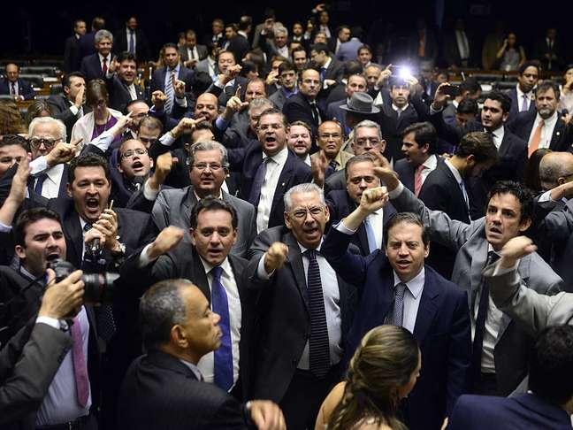 Tenso: deputados favoráveis ao impeachment de Dilma se manifestam na Câmara