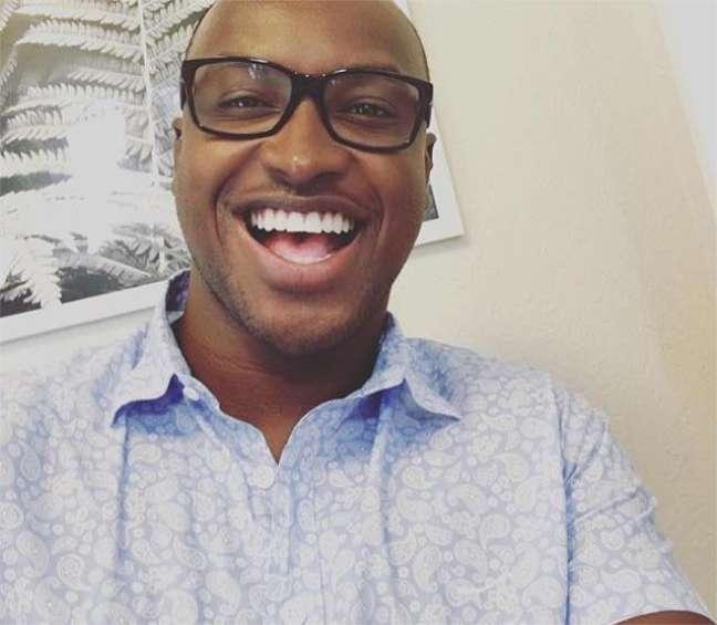 """Para finalizar, a marca registrada, o sorriso largo, que vem acompanhado de óculos de acetato e camisa azul estampada. Motivo? A música VamoQVamo acabava de se tornar a mais tocada nas rádios de todo o País. """"Ainda é difícil acreditar que eu consegui realizar meu sonho..."""" Parabéns, Thiaguinho! #VamoQVamo contigo!"""