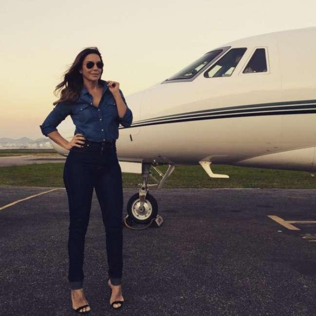 Pouco antes de sua viagem para Vitória, onde agitou o público no Sunset Beach Club ao lado do cantor tomate, a baiana postou, em seu Instagram, uma foto cheia de estilo ao lado do avião
