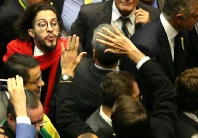 Bolsonaro atribui a atitude de Wyllys à referência feita por ele ao coronel Brilhante Ustra para justificar seu voto favorável ao impeachment momentos antes do episódio