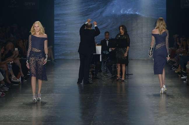 Celina Locks (esq.), namorada de Ronaldo Fenômeno, desfila para a Amabilis, que teve música lírica ao vivo
