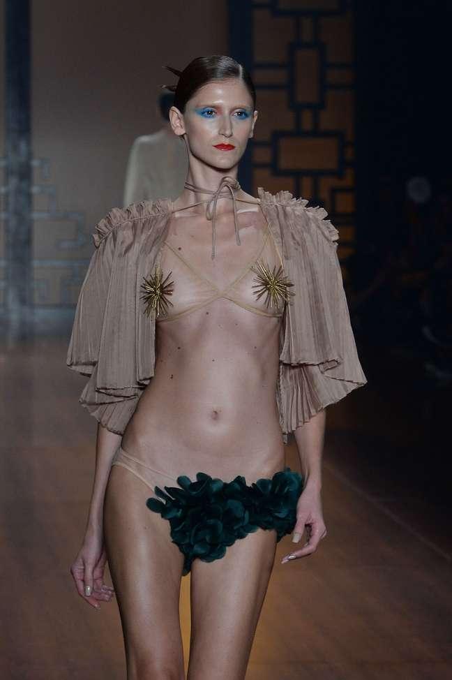 Adriana Degreas usou ouriços e conchas douradas para compor a parte de cima da sua nova coleção de moda praia